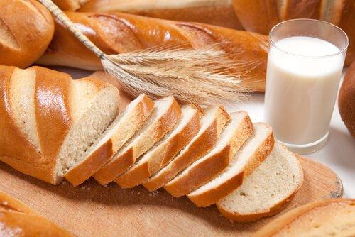 Pan blanca y un vaso de avena
