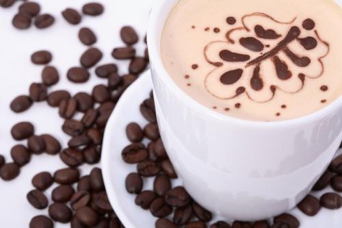 Beber café u otras bebidas con cafeína con una comida puede ayudar a mantener los niveles adecuados de presión arterial, aunque no conviene abusar, porque puede crear otros problemas médicos.