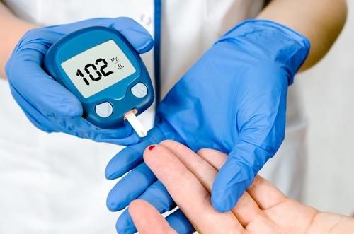Enfermera haciendo el chequeo de diabetes