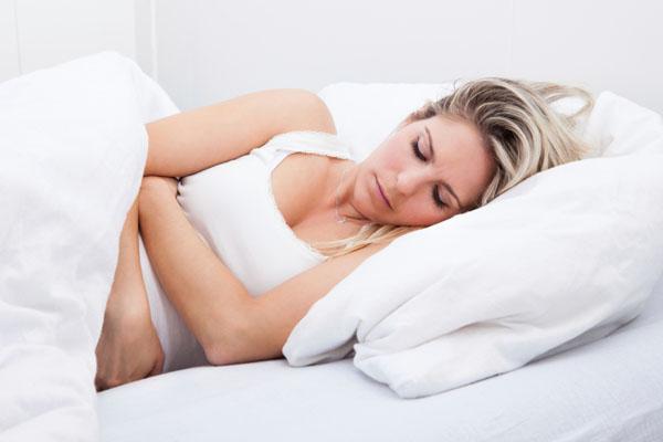 donna con dolori mestruali