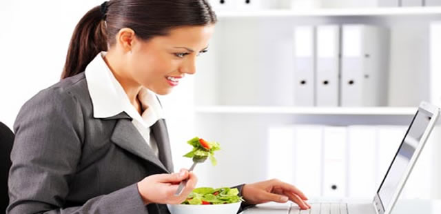 Comer-en-la-oficina-causa-depresión-y-afecta-productividad