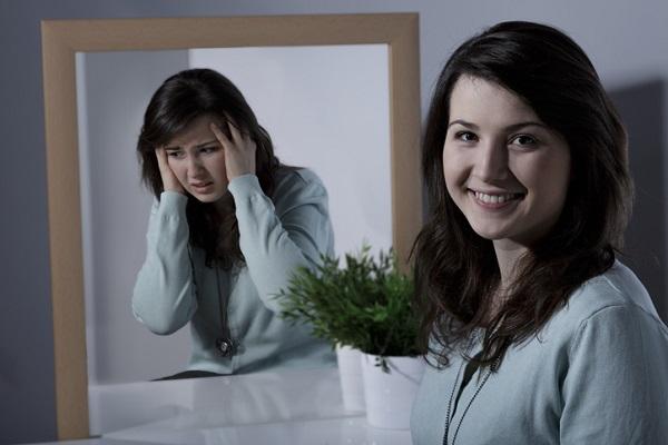 donna allo specchio diverse facce