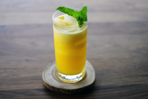 Licuado de manzana, piña, menta y limón para relajarnos2