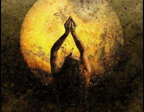 mujer con luna ensalzando el placer de la soledad