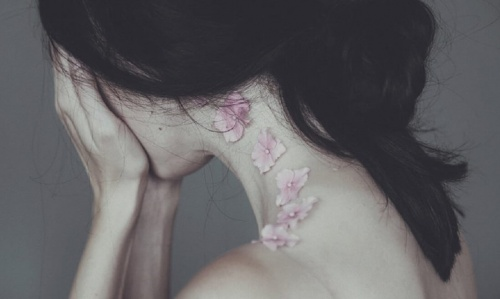 mujer-tapándose-el-rostro sufriendo por quien mendiga amor