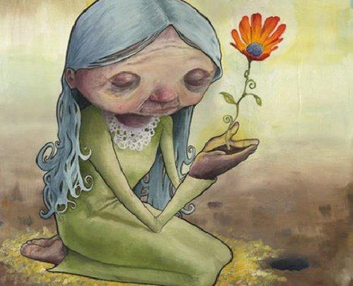 Anciana sosteniendo una flor