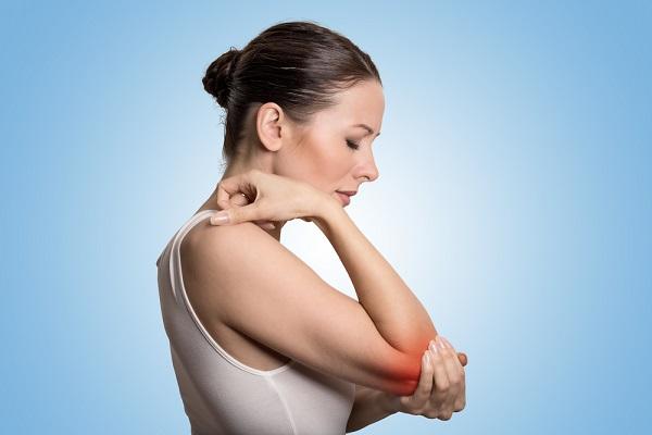 donna con dolore al gomito