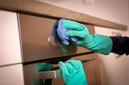 Mujer limpiando con un trapo de cocina